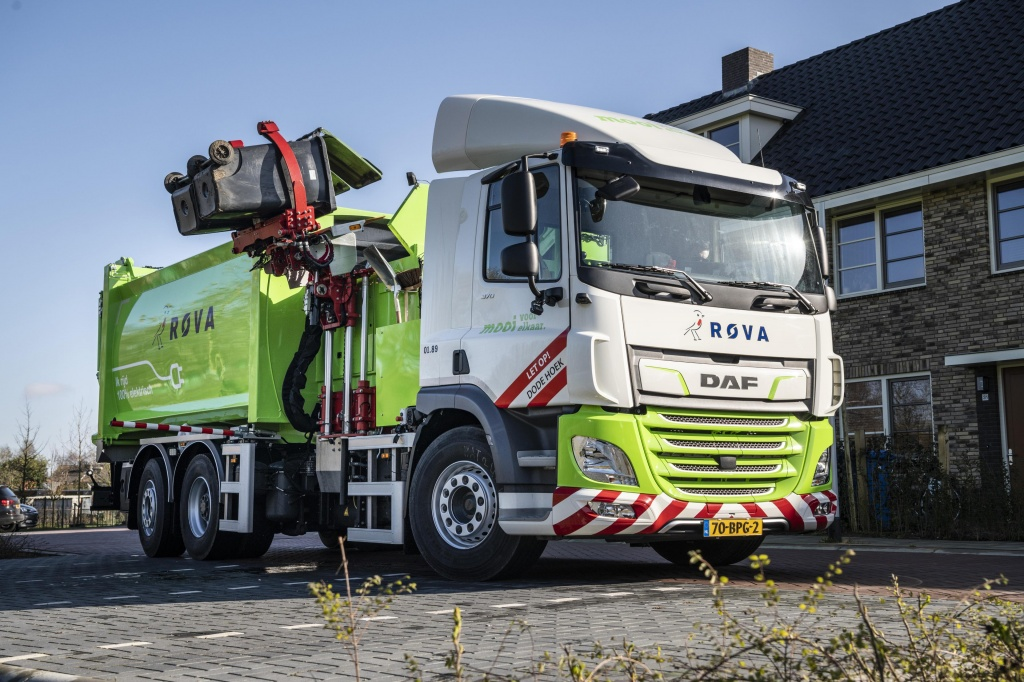 First-DAF-CF-Electric-refuse-collection-truck-delivered-to-ROVA-02.jpg